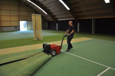 Xerowaste.ca | Remorqueur électrique V-Move XL tirant le sol du court de tennis | Remorqueur à tapis | remorqueur polyvalent