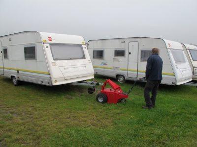 Xerowaste.ca | Remorque-remorqueur à batterie V-Move XL déplaçant le camping-car sur l'herbe | Remorqueur hors route