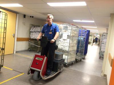 Xerowaste.ca | Remorqueur électrique V-Move 650 tirant des chariots d'hôpital | Remorqueur d'hôpital | Remorqueur de véhicule | remorqueur de remorquage