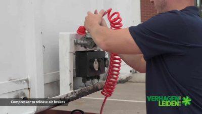 Connexion de conduite d'air semi-remorque V-move 40t pour relâcher les freins sur la semi-remorque. Aussi un remorqueur de tracteur de terminal alimenté par batterie | Xerowaste.ca
