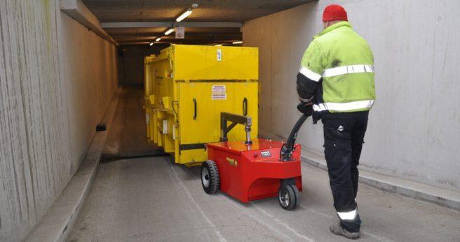 Solutions Xerowaste | V-Move XXL amène un compacteur autonome chargé sur une pente raide | Remorqueur de poubelle | Déménageur de benne