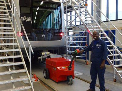 Xerowaste.ca | Remolcador industrial o transportador de carga V-move XXL que mueven automóviles de cercanías en ensamblaje