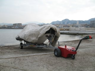 V-Move XL tug moving a boat and trailer on a beach | Xerowaste.ca
