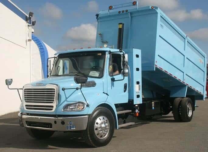 Camión Top Select comprimido por gravedad. Bueno para el reciclaje de textiles si no tiene una cuchilla y tiene una cubierta superior.