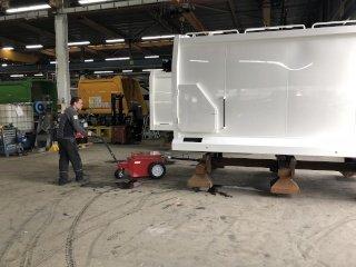 V-move XL + mover la carrocería de un camión de residuos durante la fabricación | Xerowaste.ca